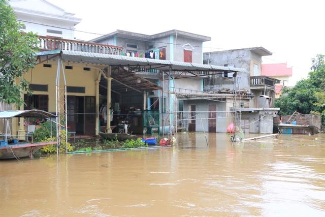 Hàng trăm hộ dân bị nước lũ sông Hoàng Long cô lập - 3