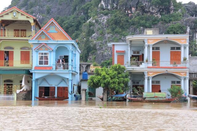 Hàng trăm hộ dân bị nước lũ sông Hoàng Long cô lập - 15