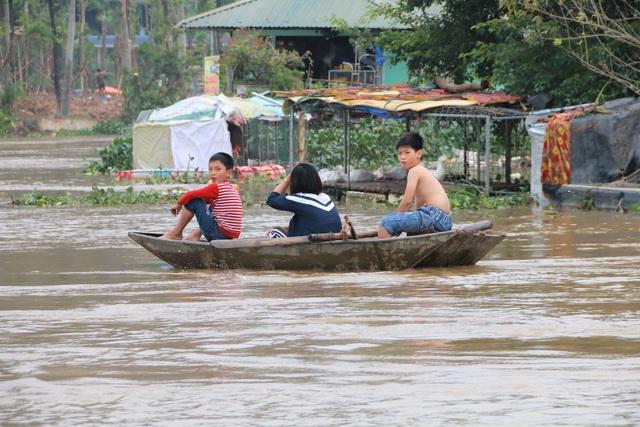 Hàng trăm hộ dân bị nước lũ sông Hoàng Long cô lập - 10