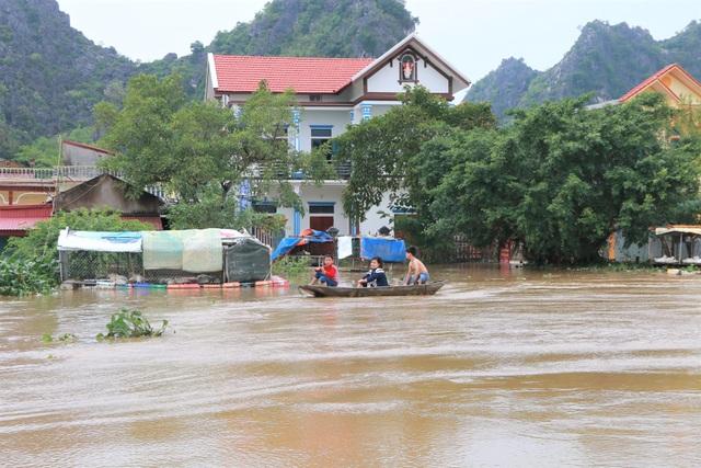 Hàng trăm hộ dân bị nước lũ sông Hoàng Long cô lập - 11