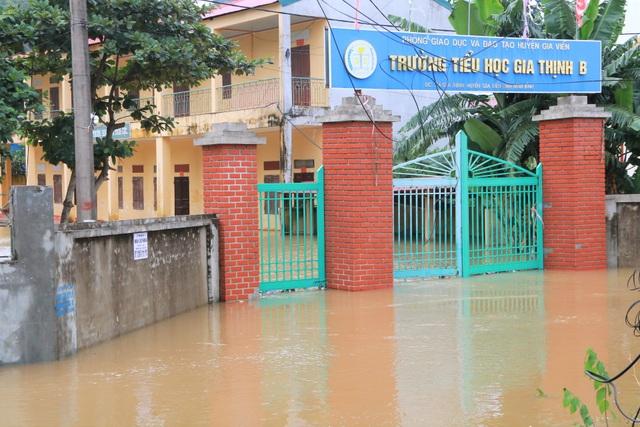 Hàng trăm hộ dân bị nước lũ sông Hoàng Long cô lập - 9