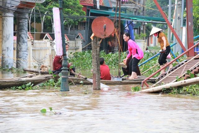 Hàng trăm hộ dân bị nước lũ sông Hoàng Long cô lập - 13