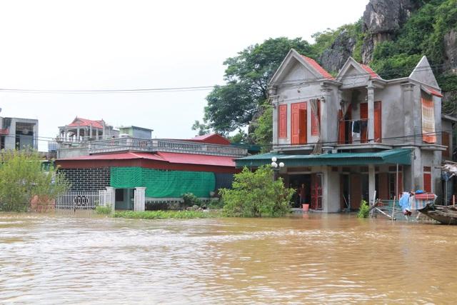 Hàng trăm hộ dân bị nước lũ sông Hoàng Long cô lập - 2