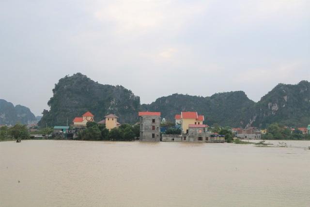 Hàng trăm hộ dân bị nước lũ sông Hoàng Long cô lập - 1