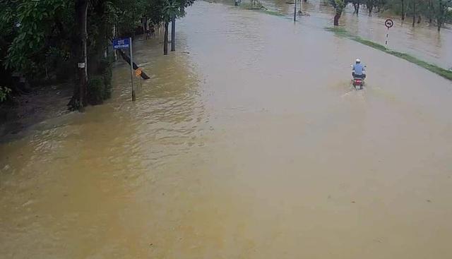 Nước sông TP Huế dâng cao gây ngập lụt nhiều tuyến đường - 9