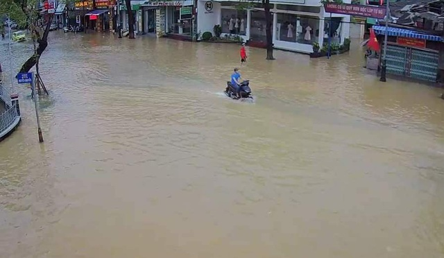 Nước sông TP Huế dâng cao gây ngập lụt nhiều tuyến đường - 8