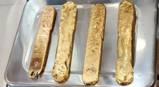 Nhét hơn 1 kg vàng vào hậu môn để lén mang lên máy bay - 1
