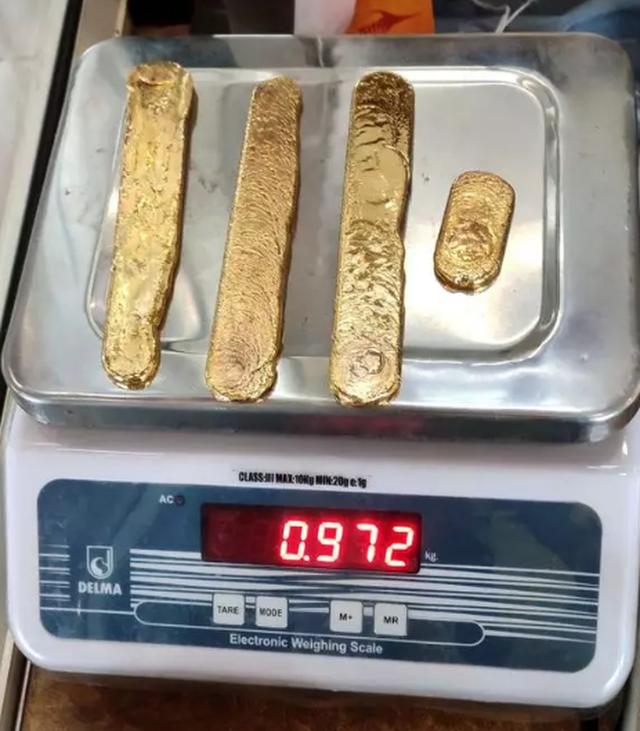 Nhét hơn 1 kg vàng vào hậu môn để lén mang lên máy bay - 3