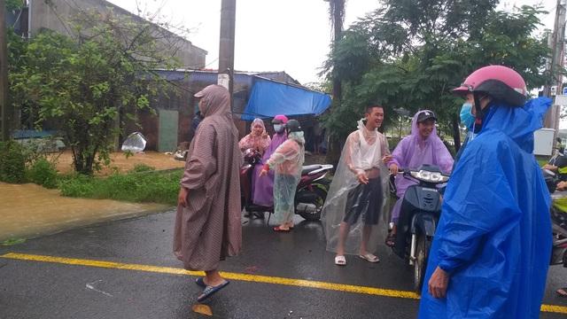 Đà Nẵng: Mưa xối xả, nhiều nơi ngập nặng - 2