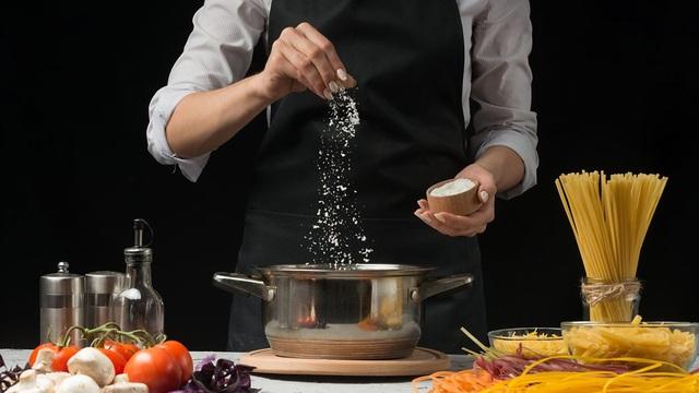 Mẹo ăn giảm muối người Việt nào cũng cần biết để không rước bệnh vào người - 1