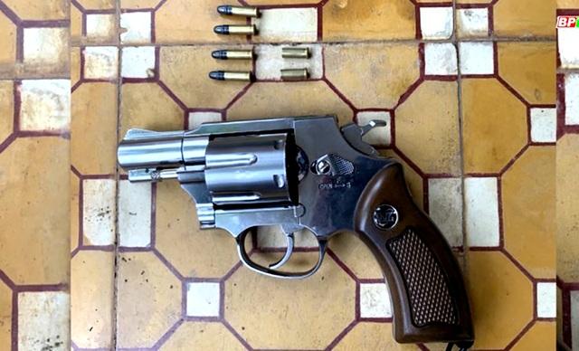 Bị quỵt tiền, mang theo súng đi đòi nợ  - 1