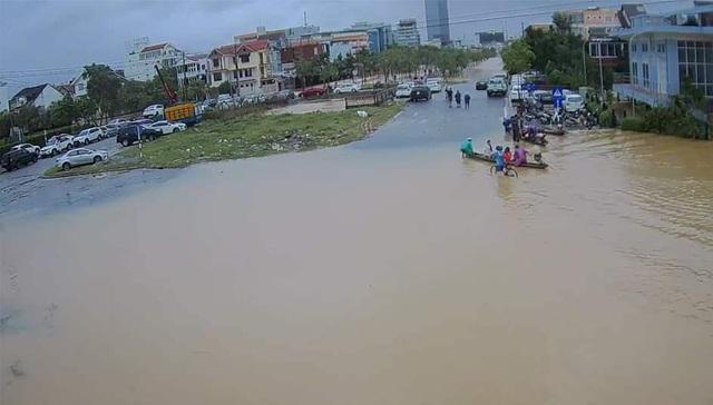 Nước sông TP Huế dâng cao gây ngập lụt nhiều tuyến đường - 14