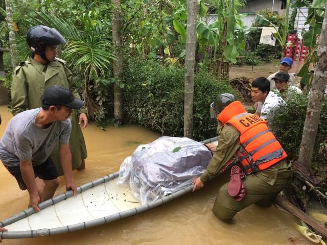 Đội chèo ghe ngày đêm giúp dân di chuyển trong vùng lũ - 3