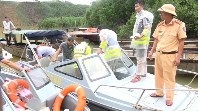 Công an và quân đội tổ chức cứu hộ Rào Trăng 3 bằng đường thủy  - 2
