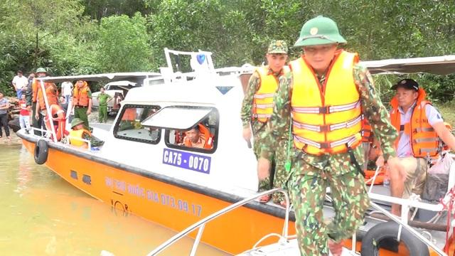 Công an và quân đội tổ chức cứu hộ Rào Trăng 3 bằng đường thủy  - 1
