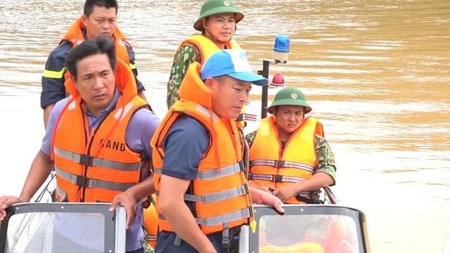 Công an và quân đội tổ chức cứu hộ Rào Trăng 3 bằng đường thủy  - 5