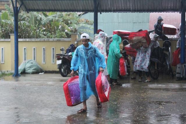 Quảng Nam: Mưa lớn, di dời gấp học sinh trường THPT Võ Chí Công do sạt lở - 3