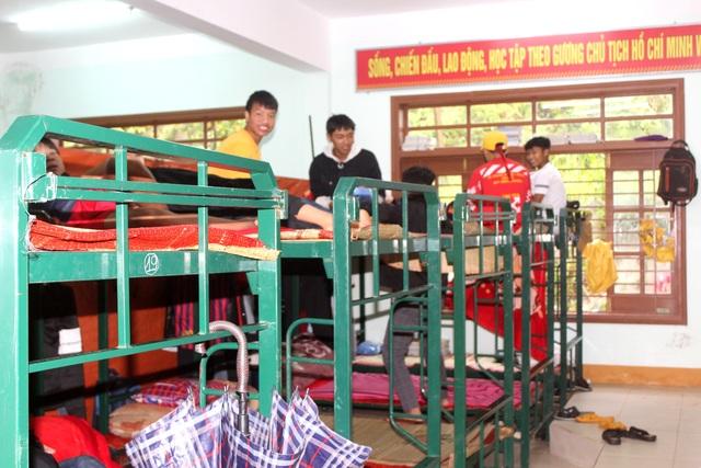 Quảng Nam: Mưa lớn, di dời gấp học sinh trường THPT Võ Chí Công do sạt lở - 5