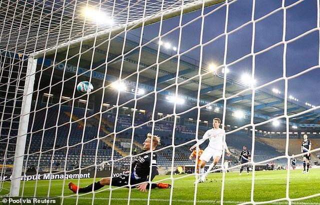 Lewandowski và Muller tỏa sáng, Bayern Munich thắng đậm ở Bundesliga - 1