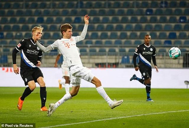 Lewandowski và Muller tỏa sáng, Bayern Munich thắng đậm ở Bundesliga - 3