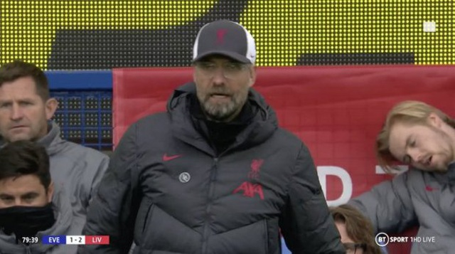 Hài hước việc thủ môn Liverpool ngủ ngon lành trên ghế dự bị - 1