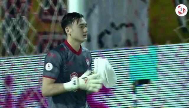 Cản phá 3 cú sút liên tiếp, thủ môn Văn Lâm nhận cơn mưa lời khen - 1