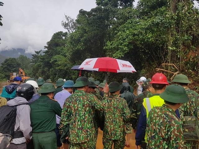 Tìm thấy 14 thi thể trong 22 chiến sĩ gặp nạn, Quảng Trị cứu hộ xuyên đêm - 8