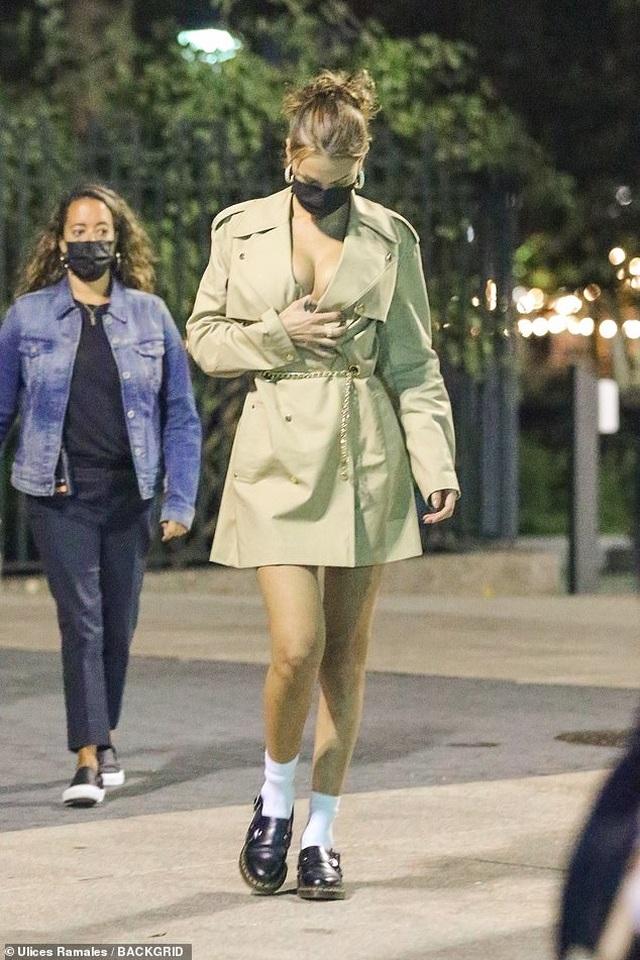 Bella Hadid mặc hở bạo đi chụp hình thời trang - 4
