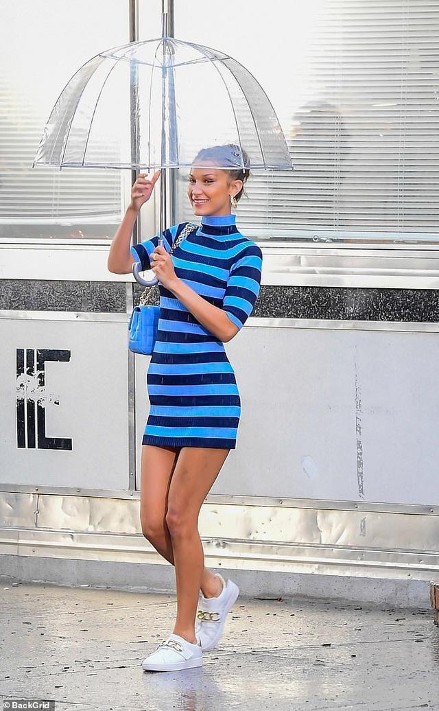 Bella Hadid mặc hở bạo đi chụp hình thời trang - 5
