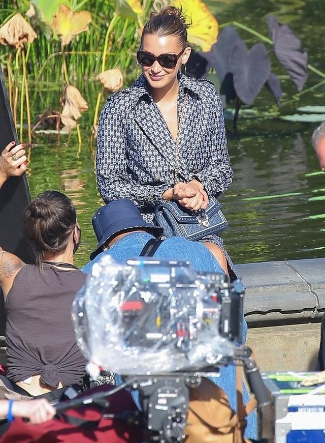 Bella Hadid mặc hở bạo đi chụp hình thời trang - 8