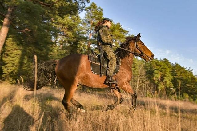 Vẻ đẹp mạnh mẽ trên lưng ngựa của các bóng hồng quân đội Nga - 3