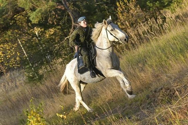 Vẻ đẹp mạnh mẽ trên lưng ngựa của các bóng hồng quân đội Nga - 8