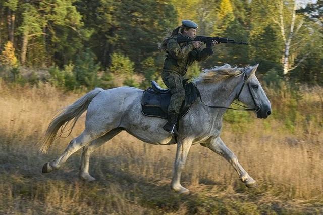 Vẻ đẹp mạnh mẽ trên lưng ngựa của các bóng hồng quân đội Nga - 1
