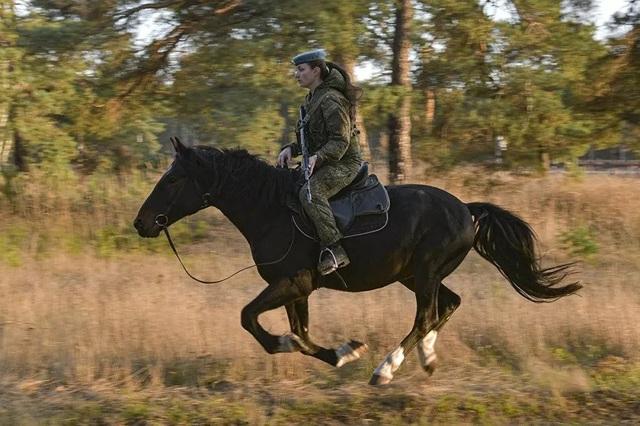 Vẻ đẹp mạnh mẽ trên lưng ngựa của các bóng hồng quân đội Nga - 5