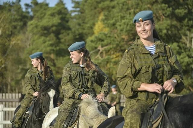Vẻ đẹp mạnh mẽ trên lưng ngựa của các bóng hồng quân đội Nga - 2