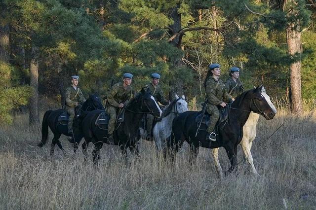 Vẻ đẹp mạnh mẽ trên lưng ngựa của các bóng hồng quân đội Nga - 7
