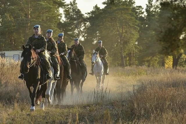 Vẻ đẹp mạnh mẽ trên lưng ngựa của các bóng hồng quân đội Nga - 6