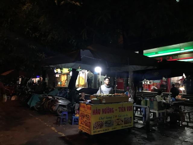 Hàu nướng 5 nghìn đồng đổ bộ vỉa hè Hà Nội, chủ bán 4000 con mỗi ngày - 3