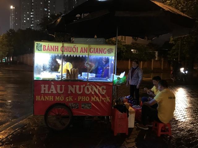 Hàu nướng 5 nghìn đồng đổ bộ vỉa hè Hà Nội, chủ bán 4000 con mỗi ngày - 9