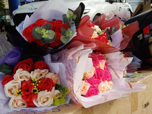 Mưa lũ, người bán hoa 20/10 cũng thưa thớt, nhập hàng ít hơn hẳn - 4
