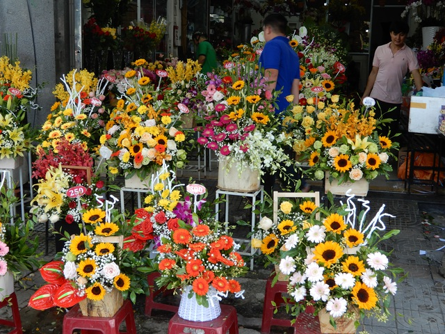 Mưa lũ, người bán hoa 20/10 cũng thưa thớt, nhập hàng ít hơn hẳn - 5