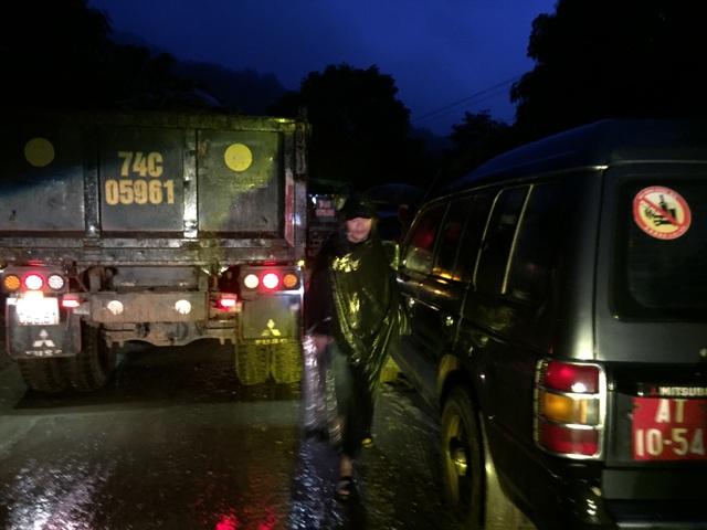 Xuyên đên mở đường để phương tiện vào hiện trường đưa thi thể ra ngoài - 5
