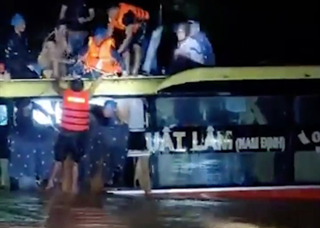 Giải cứu 20 người trên xe khách bị lũ cuốn trôi - 1