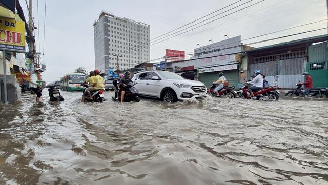 Lái xe trong bão lũ: Mang theo ít nhất 1 số điện thoại cứu hộ - 1