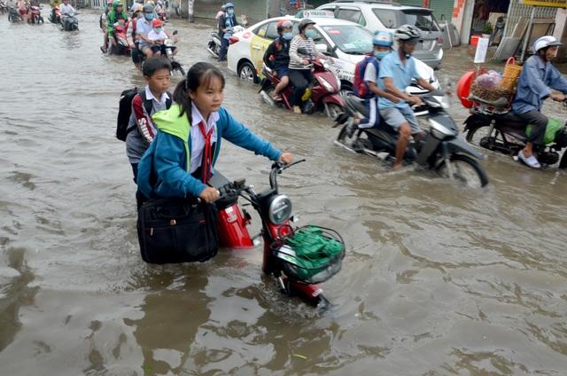 Người Sài Gòn khốn khổ sáng đầu tuần vì triều cường đạt đỉnh - 12