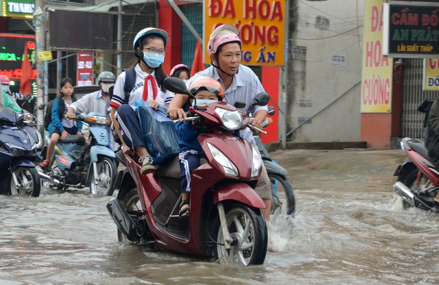 Người Sài Gòn khốn khổ sáng đầu tuần vì triều cường đạt đỉnh - 13