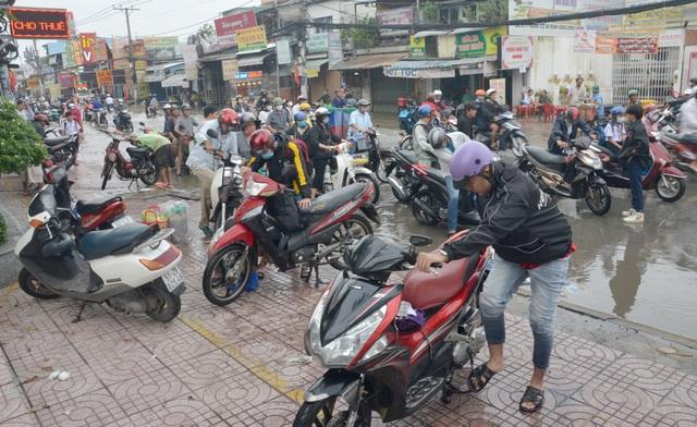 Người Sài Gòn khốn khổ sáng đầu tuần vì triều cường đạt đỉnh - 14