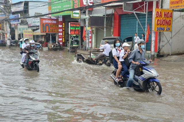 Người Sài Gòn khốn khổ sáng đầu tuần vì triều cường đạt đỉnh - 4