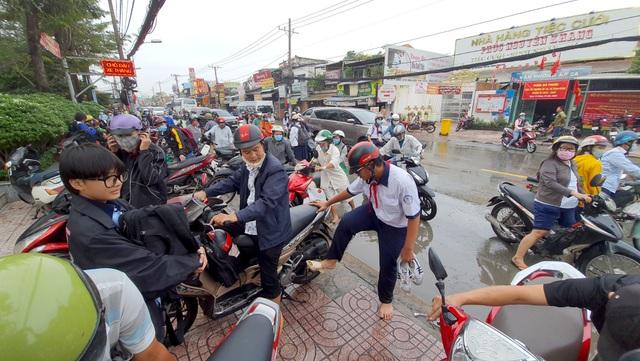 Người Sài Gòn khốn khổ sáng đầu tuần vì triều cường đạt đỉnh - 7