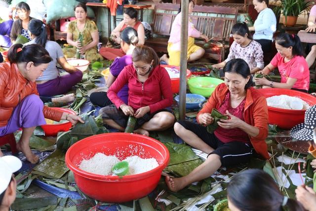 Gần 200 người dân Đắk Lắk chung tay gói bánh tét ủng hộ đồng bào miền Trung - 1